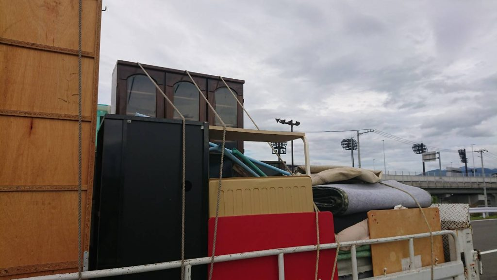 ご自宅の片付けに伴う不用品処分、2t車2台分の不用品回収(松山市内宮町)