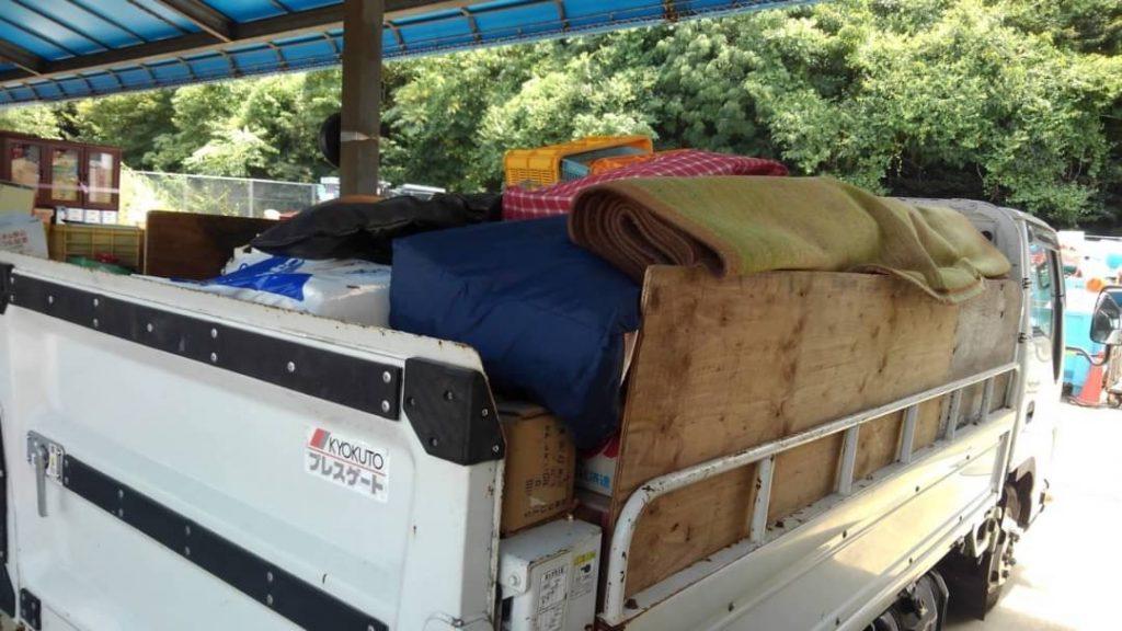 西条市、2tトラック一車分の不用品回収、児童用テーブルセット引取
